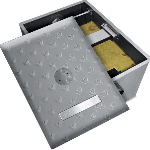 """0272 Trampa de Grasa IC-75. Interceptor de grasas de Cocina con capacidad de almacenaje de 18 kg de grasa y capacidad de flujo de 75 lt por minuto.   Sello hermético perimetral.  Entrada y salida de 3 ½"""" de ø.  Medidas exteriores totales:  Frente: 0.390 m  Fondo: 0.600 m  Alto: 0.440 m"""