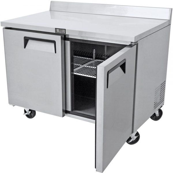 a026 Mesa de Trabajo Refrigerada de 2 puertas sólidas con 2 parrillas plastificadas y volúmen interior: 16 ft³ / 45