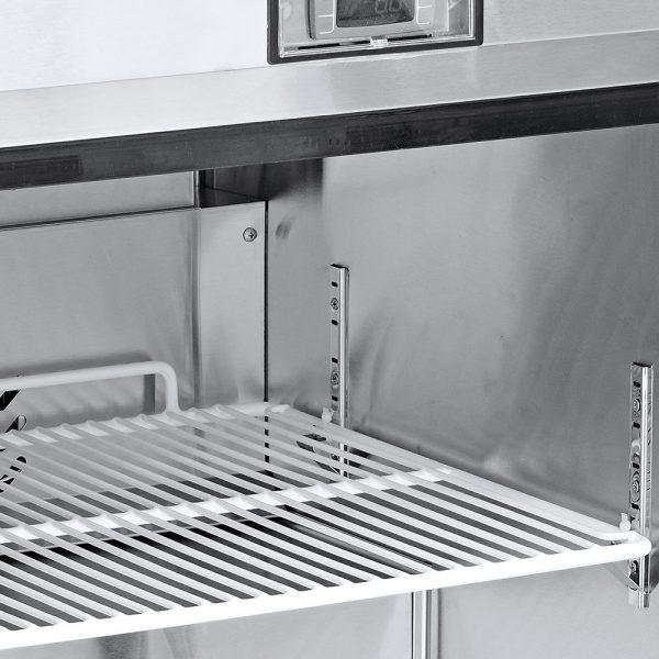 a027 Mesa de Trabajo Refrigerada de 2 puertas sólidas con 2 parrillas plastificadas y volúmen interior: 16 ft³ / 45