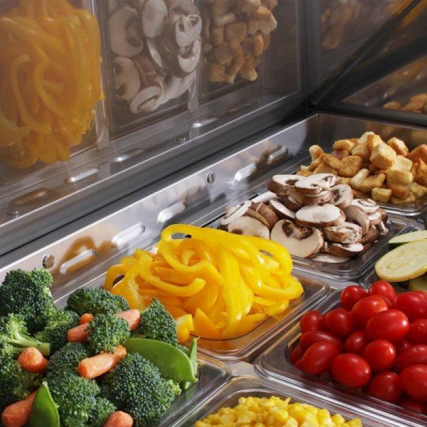 a058 Mesa Refrigerada para prepararsándwichesy ensaladas con 3 Puertas sólidas,3 Parrillas plastificadas y volumen interior: 20ft³
