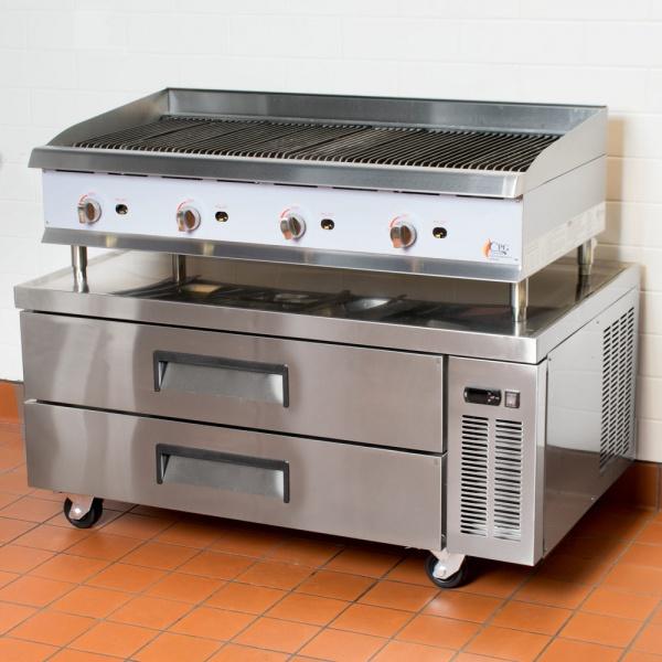 BRS 132 2C ambientada Base refrigerada para colocar equipos de cocción; con 2 cajones y 3 insertos enteros cada uno.
