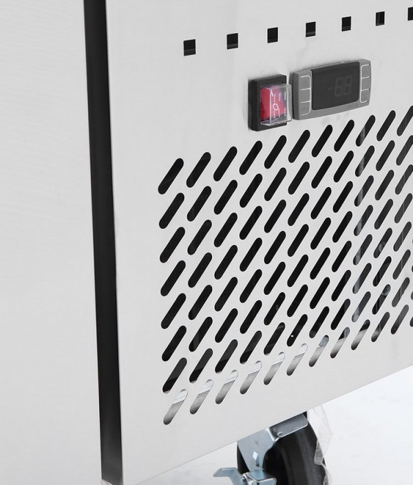 BRS 2C 4 Base refrigerada para colocar equipos de cocción; con 2 cajones y 2 insertos enteros y 3 de 1/6 cada uno.