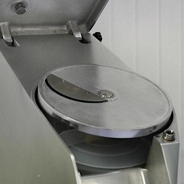 HBS 300 procesador 2 Procesador de Alimentos Industrial HBS-300. Este equipo hará el pesado y lento trabajo de cortar o cubicular verduras y alimentos en un abrir y cerrar de ojos. La impresionante rapidez y la grandísima variedad y tamaños de cortes posibles hará la diferencia en la productividad de su cocina.  El Procesador de Alimentos es fabricado completamente en Aluminio Fundido y sus partes de contacto en Acero Inoxidable. Incluye 7 Discos Básicos de Corte y Proceso. Cortes siempre perfectos a una velocidad asombrosa. Gracias a su microswitch de seguridad, también el funcionamiento del procesador de alimentos es de lo mas seguro ya que se detiene cuando se levanta la tapa del equipo. Dándole la mayor seguridad a sus usuarios.  El Procesador de Alimentos Industrial HBS-300 lo hace todo. Corta, rebana, ralla y corta en cubos. No más perdida de tiempo y cortes irregulares.