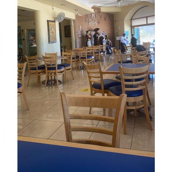 a 200 ambientada La Silla de Madera A200 es un clásico en el ambiente restaurantero. Su diseño atemporal le permite ser una silla ideal para restaurante y cafeterias. Combinando con cualquier ambiente, desde casual y contemporáneo, así como tradicional. Se fabrica completamente en Madera con asiento acojinado y tapizado. Los Colores de la Madera y Tapiz ya sea de Tela o Vinil son a elección del Cliente.* Entrega inmediata en colores seleccionados. Regresar a Sillas de Madera