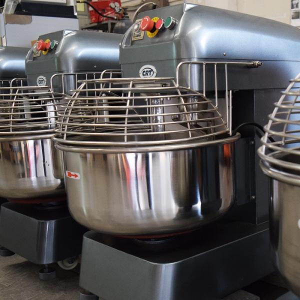 hs 35 detalle3 Amasadora Profesional HS-45 Litros fabricada en hierro fundido con Tazón y Accesorios en Acero Inoxidable. Por su alto estándar de rendimiento son ideales para masas pesadas obteniendo excelentes resultados para las producciones de su panadería, restaurante y pizzería.