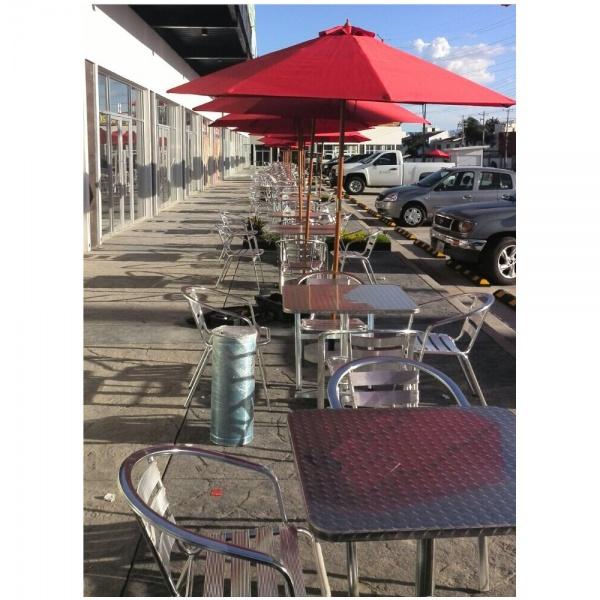mesa y silla acero aluminio amb 1 La mesa para restaurante de Acero y Aluminio SST-TB06 de 80x120 cms, es ideal para Terrazas, Bares y Cafeterías al aire libre. Su cubierta y base TB06 de doble pedestal, son de acero inoxidable. Es apta para Intemperie pero igualmente luce formidable en Interiores. Regresar a Mesas para Exteriores de Restaurante