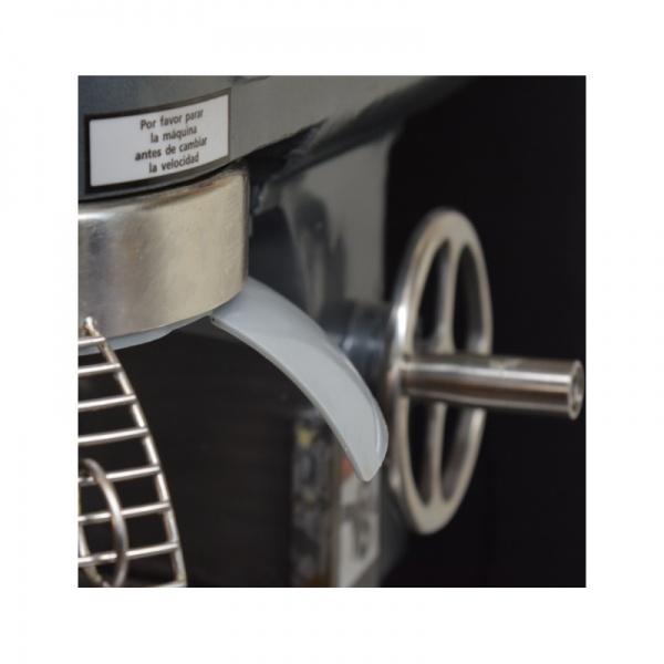 mixb20n detalle1 Batidora Planetaria MIXB10GA 10 Litros. Solida y Estética Estructura de Hierro Vaciado. Acelere la Producción en su Restaurante, Negocio de Repostería, Panadería y Pastelería. Con Transmisión de 3 Velocidades que le permite Mezclar Fácilmente Ingredientes para Platos Principales, Postres y Panes. El Tazón, Mezclador y Guardia de Seguridad son Fabricados en Acero Inoxidable de Grado Alimenticio Profesional.