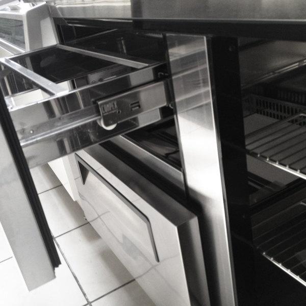 MPF8204GR 7 Mesa Preparación de Pizza MPF8204GR. Mesa refrigerada para preparar pizzas. Con 2 Cajones Refrigerados e insertos telescópicos para ingredientes. Con esta Mesa para pizza tenga siempre a la mano los ingredientes frescos y listos para preparar deliciosas pizzas. Capacidad de 13.98 pies cúbicos.