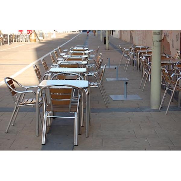 Sillas y mesas para exteriores de restaurante