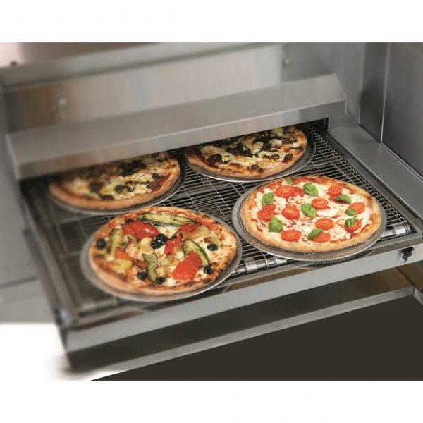 Zanolli Synthesis 08 50V 2 Horno de Banda Eléctrico SYNTHESIS-08/50V para Pizza El Horno de Banda Eléctrico SYNTHESIS-08/50V-G para Pizza forma parte de la familia de los hornos a red, principalmente concebidos para la cocción automática de pizza y productos similares. La principal característica de este horno Zanolli consiste en el hecho de que es posible efectuar óptimas cocciones sin que sea necesario controlar la cocción misma. Gracias a esto le permite transferir las operaciones de cocción a personal no calificado. Su Capacidad es de 25 a 30 pizzas de 50cm por hora. Alimentación Eléctrica Trifásica a 220V. Origen Italia. Frente: 1,260 mm. Fondo: 1.750 mm. Alto: 1.010 mm. Peso: 200 kg. Regresar a Hornos de Pizza