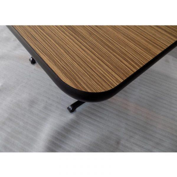 """lice pvc detalle La Mesa de Madera Rectangular LIZE-BLH2-12080 para Restaurante no solo le ofrece fortaleza y durabilidad, sino también le proyecta estilo y ambientación a su comedor. Gracias al laminado Premium de tipo madera africana, característica por su color pajizo y numerosas bandas negras o pardooscuras. Combinando perfectamente con el canto protector de PVC tipo """"T"""". Su Base es Lineal Doble de Hierro Fundido BLH2. Este modelo es ideal como mesa para comedor industrial así como para restaurante. Los Colores de la Formaica, Canto de PVC y Base del Pedestal pueden ser modificados a su elección. Regresar a Mesas de Madera"""